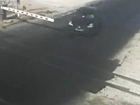 これは自業自得か。踏み切りの遮断機を無視した車が電車に突っ込まれる