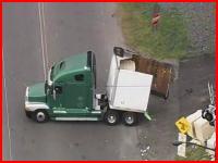 踏切で腹を擦って立ち往生したトレーラーに貨物列車が突っ込む事故の瞬間