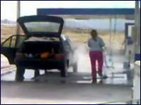 ゆとり?www ガソリンスタンドで車の中まで洗車しちゃう女性の映像。