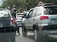 バイクの蹴りにブチギレた車が凸!まさかの展開になる路上の揉め事。ブラジル
