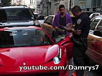 路駐していたフェラーリ乗りの兄ちゃんが警官にボコられる映像。Ferrari 458