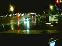 縁石つええ。猛スピードで滑ってきた車がどーん!これはヤバいジコジコ動画