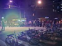 これは酷い。サイクリングイベントの車列に車が突っ込み多数の負傷者が