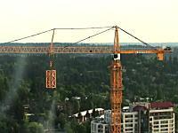 自らがちょっとづつ高くなっていくノッポな建設クレーンの映像。大変ねこれ。
