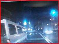 かなり悲惨な事故映像 DQNっぽい運転で無理に車線変更するワンボックスが