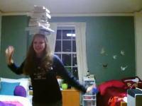 頭の上に本を乗せまくりながらルービックキューブをクリアするギャル