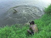 無茶するカメラマン。野生のワニの躍動的な姿を撮影しようと極限まで近づく
