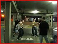 海外の喧嘩やばすぎ(@_@;)倒れた男の頭部をサッカーボールキック2発
