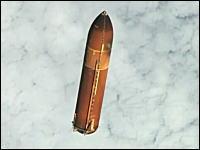 軌道上で切り離されゆっくりと落下するSTS-134の外部燃料タンクを高画質で