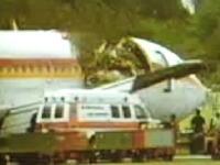アロハ航空ボーイング737の事故映像 乗員1名が外に吸い出され死亡。