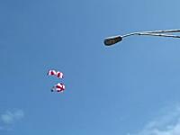 なんだこれ楽しい。ビルの屋上から300体の落下傘部隊のG.I.ジョーが降りてくる