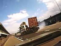 事故った後にコンテナを積んだトレーラーが横を向きながら迫ってくる動画。