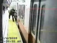 地下鉄のドアにカバンが引っかかったまま電車が出発!危険なギリギリ映像