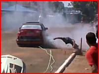 改造車ドリフトのデモンストレーションで観客の男性が跳ね飛ばされてしまう