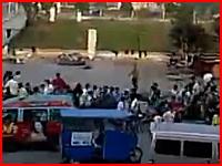 中国。狂ったナイフ野郎が集まっていた野次馬を襲いだす⇒1名死亡の映像