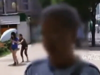 テレビのインタビューの後ろでヘタクソなスリの犯行現場が撮影される。中国