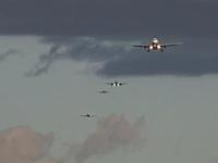 着陸機で混雑するロンドンヒースロー空港のタイムラプス映像。飛行機多すぎ