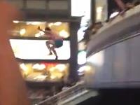 一方、大阪の道頓堀ではやっぱり川に飛び込んでいた動画。ワールドカップ。