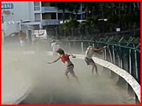 ジェットエンジンの噴射に吹き飛ばされた女性がコンクリートで頭を強打しちゃう
