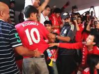 サッカー動画。リバプールの応援席にマンUのユニで現れた青年が脱がされるw