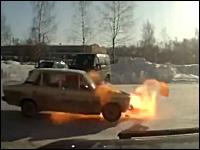 なにが起きた。走ってきた車が突然爆発。逃げ出す人の動きがはええwww