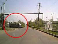 映画かよ。制御がきかなくなった暴走トラックから運転手が脱出する瞬間。