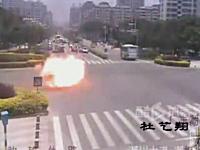 ガスボンベを積んだトラックが炎上。火を噴きながら道路を横切るガスボンベ