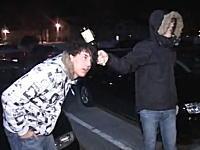 これは馬鹿すぎるwwwアホ外人が映画の真似してビール瓶で頭を殴ってみたwww