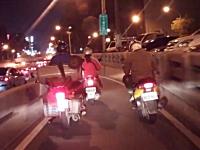 狭いバイク専用道路で左右から追い越しをかけられて転倒する少女スクーター