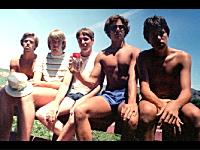 5人の友人たちが5年おきに30年間同じポーズで撮影した7枚の写真。感動。