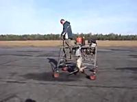 飛べるのかよ。手作り感満載の一人用浮上マシーンで浮いてみた動画。