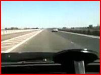 これは死んだかも。ハイスピードで走る車とバイクが正面衝突してしまう瞬間