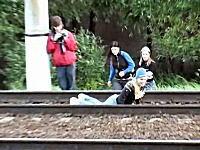 ロシア少女たちの超危険な遊び。線路内に寝て列車を通過させる「度胸試し」
