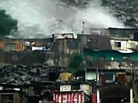 山の上からの鉄砲水に破壊されてしまう町の映像。凄い土地だなあ・・・。