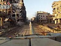 戦闘中の戦車でシリアの町を行くタンク載ビデオ。高画質。主砲発射あり。