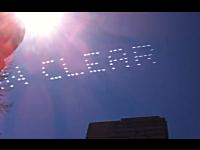 青空は広大な広告媒体!見上げた空に文字が浮かんでいたら目立つ!