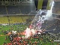 トルコのサッカーで観客が暴徒化。消火器まき散らし発煙筒爆撃イス投げ。