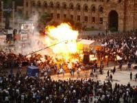アルメニアの選挙集会で風船が爆発して144人が負傷した動画。燃える女性。