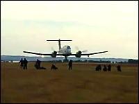 殺人低空飛行wwwプロペラ機での鬼ローパス。もう少しで人間がミンチに