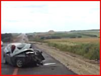 居眠り運転により父親(運転手)と8歳の娘が即死した悲惨な事故の映像。