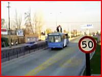走行するバスの屋根に乗っていた少年が電線に引っ掛かってしまい・・・。
