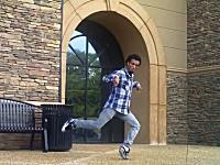 これは神動画。カッコ良いダブステップ・ダンサーの映像。ピコピコしとるで。