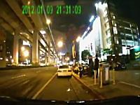 えっ!?なんで!?路肩に止めていた車がハイパーバックしてきてどーん!