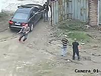 ヤクザ同士の抗争。中国の場合。木刀を持った複数の男たちが殴り込み。