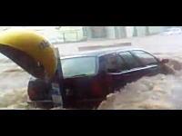 大洪水で車内に取り残された家族を一般市民が協力して救出している映像