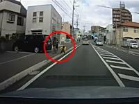 これは危ない一瞬動画。歩道の子供が道路側に転んだ!ドライブレコーダー