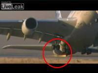 離陸時に機首を上げすぎて火花を散らしながら離陸するエアバス