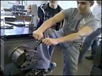 最初から嫌な予感がするハプニング映像。機械に足を巻き込まれてしまう男性