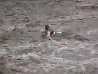 集中豪雨による鉄砲水に流されてしまう女性。7月4日ウクライナ(ハルキウ)
