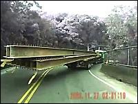 ちょwww対向車が来たらどうするんだよ?ロング鉄鋼を積んだトラックが危険